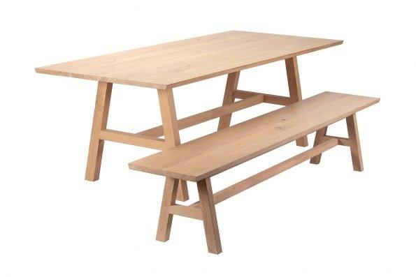 Tisch Fos und Bank Hääsken mit Holzgestell in schräger Seitenansicht