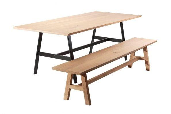 Tisch Fos mit Metallgestell und Bank Hääsken mit Holzgestell in schräger Seitenansicht
