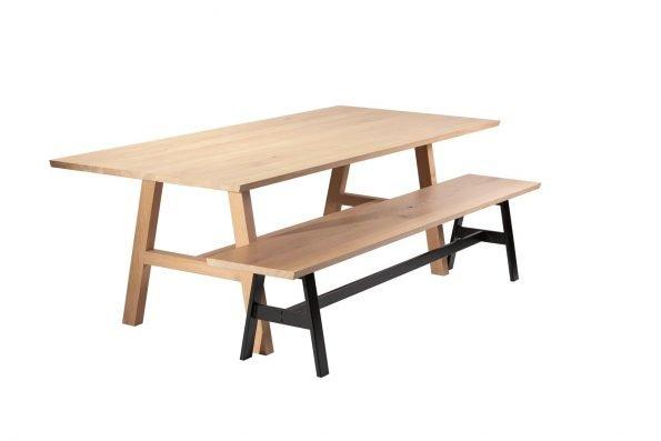 Tisch Fos mit Holzgestell und Bank Hääsken mit Metallgestell in schräger Seitenansicht