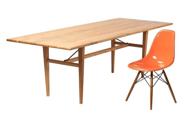 Tisch Miegampe mit Designerstuhl in schräger Längsansicht