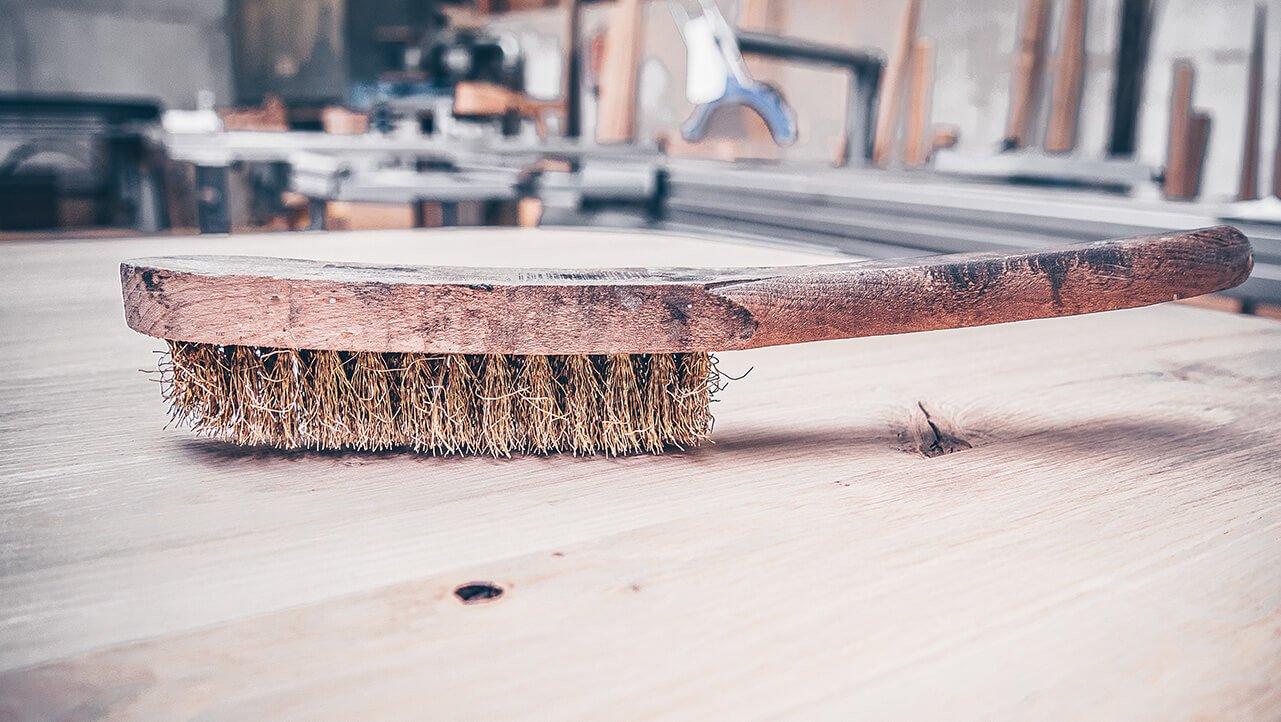 Messingbürste für das Bürsten der Tischplatte von Hand