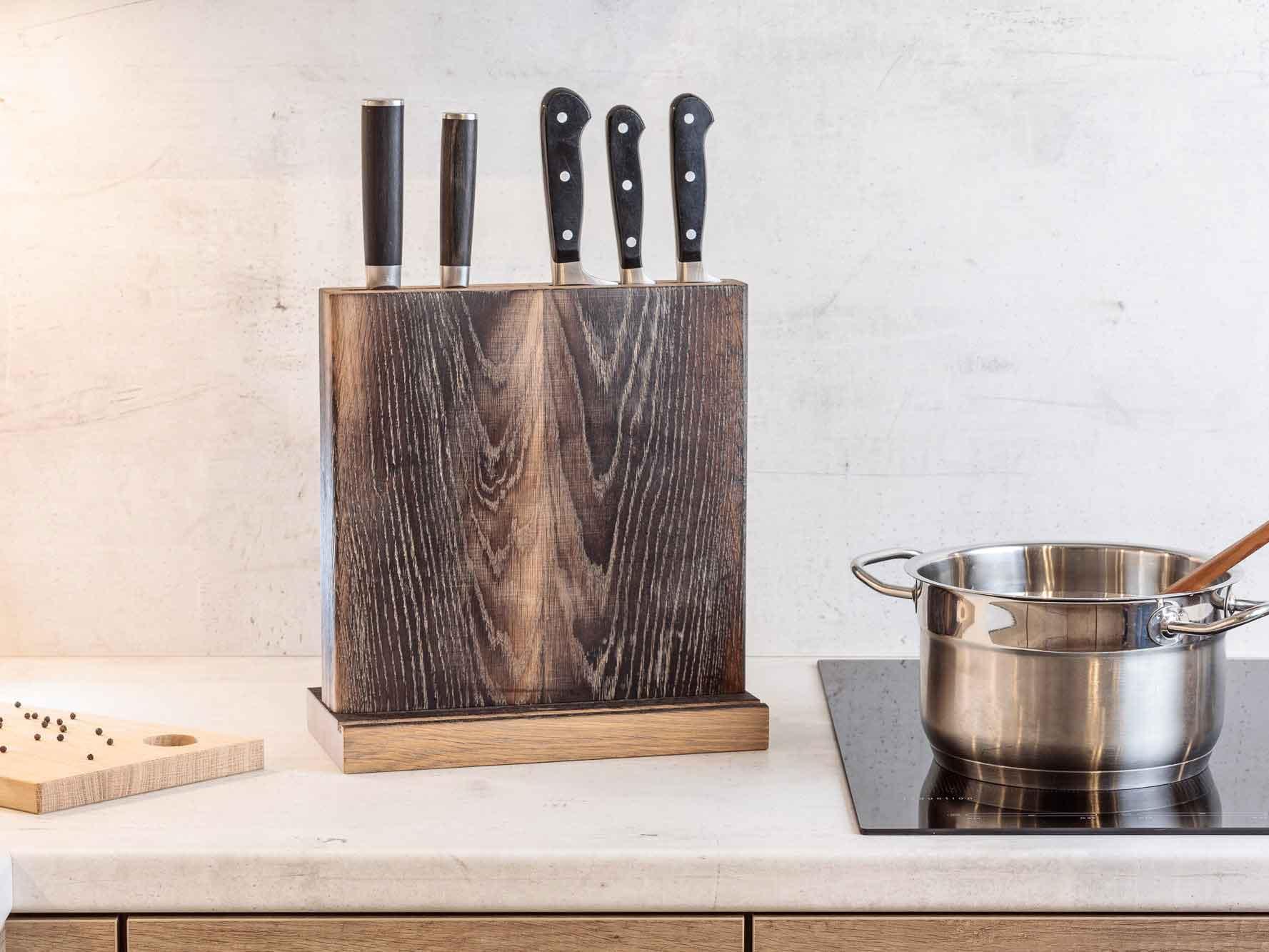 Messerblock Swatkiel geköhlt, gewaschen mit Tabletnut neben einem Kochtopf auf dem Kochfeld
