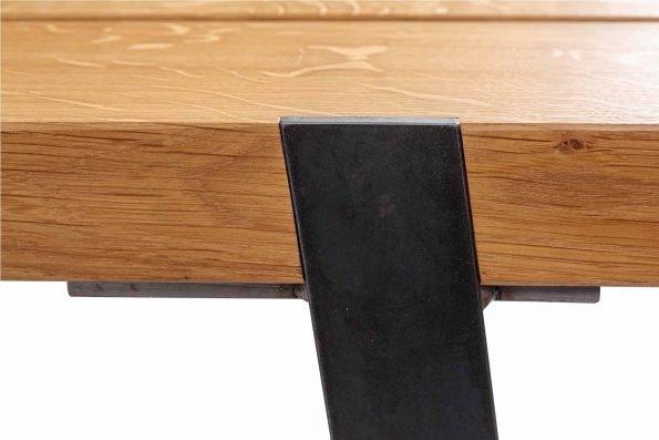 Detailfoto der Verbindung von Gestell und Sitzfläche der Bank Gaitling