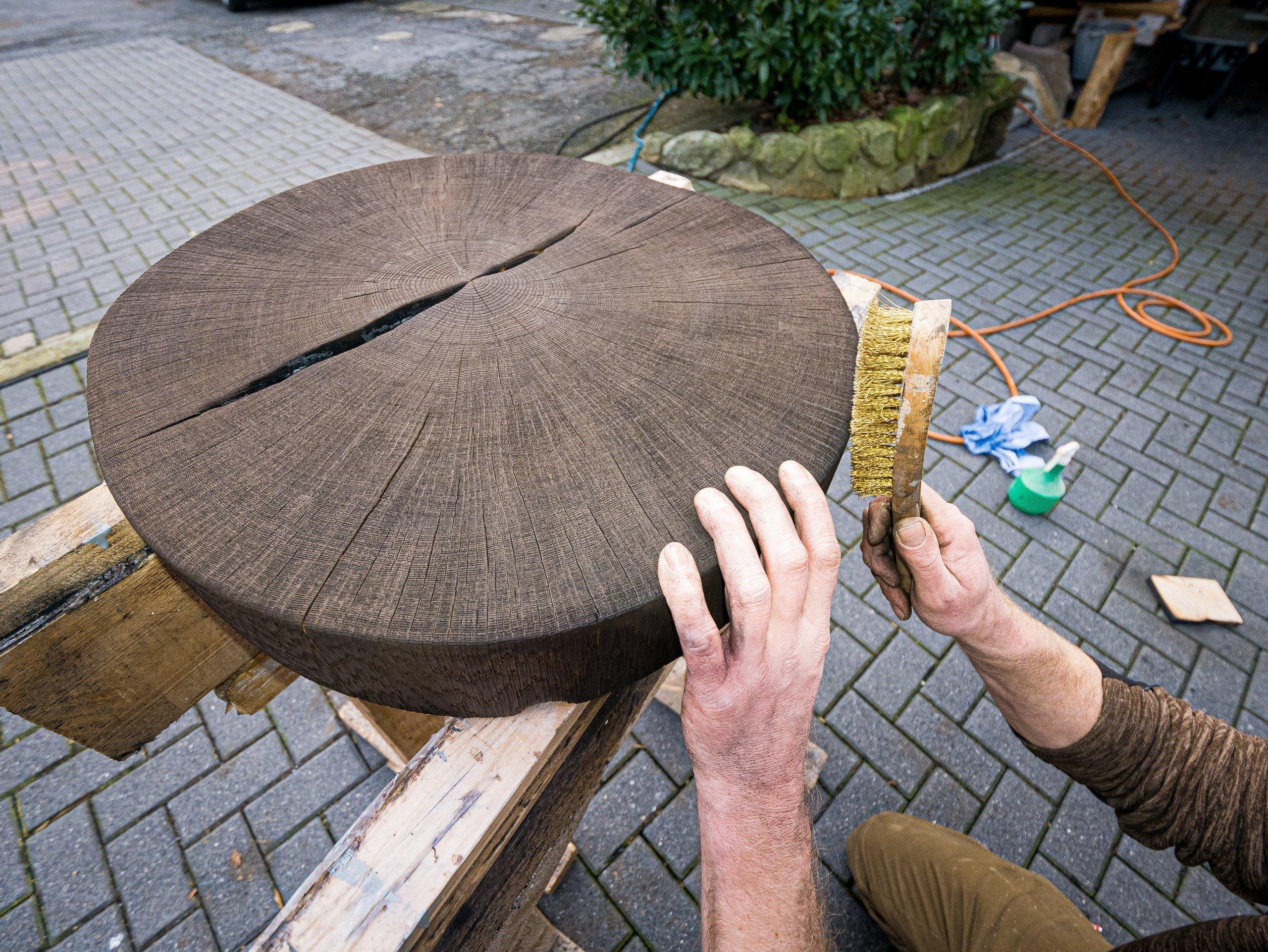 Die geköhlte Platte der Hippe wird von Hand ausgebürstet