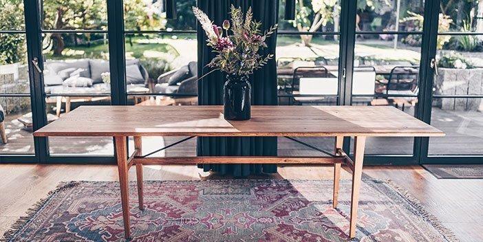 Handgefertigte Tische aus nachhaltigem Massivholz