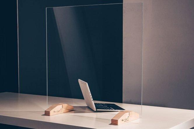 Spuckschutz aus Plexiglas mit Durchreiche und Holzfüßen für die Rezeption